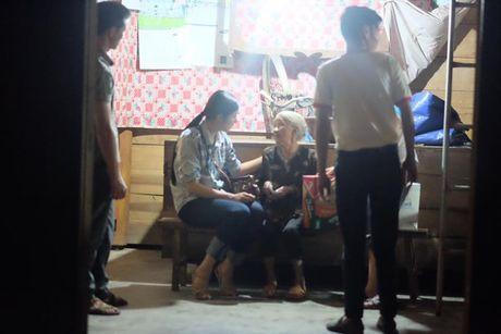 MC Phan Anh, Ha Ho miet mai phat qua cho ba con mien Trung - Anh 4