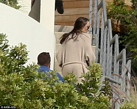 Angelina Jolie lan dau lo dien sau khi doi ly di Brad Pitt - Anh 1