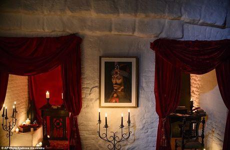 Ben trong lau dai cua ke khat mau Dracula - Anh 2