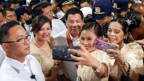 Tong thong Philippines o Trung Quoc: Duterte la tu lenh hoa giai? - Anh 2