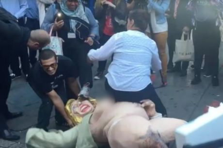 Tuong ba Clinton khoa than gay xo xat tren duong pho New York - Anh 2