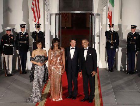 Phong cach an mac tao bao cua ba Obama khi du tiec cung chong - Anh 1