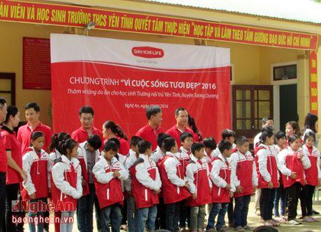 Dai-ichi Life Viet Nam tang 250 ao am cho hoc sinh ngheo Tuong Duong - Anh 1