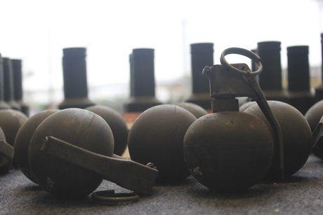 Nhin lai bom, min, dan, phao thoi ky chien tranh trong nha trung bay o Ha Noi - Anh 13