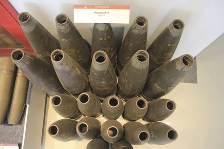 Nhin lai bom, min, dan, phao thoi ky chien tranh trong nha trung bay o Ha Noi - Anh 3
