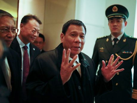 Ong Duterte tham Trung Quoc: Khong ban quyen danh ca o Bien Dong - Anh 1