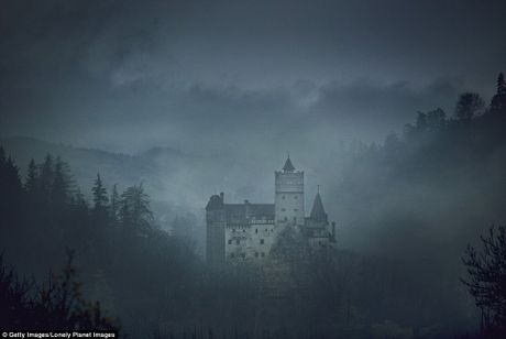 Lau dai ma ca rong Transylvania mo cua don khach vao dem Halloween - Anh 1