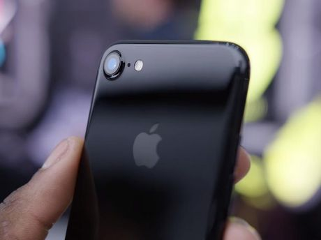 Khong chi de xuoc, iPhone 7 mau Jet Black con de bi bong troc - Anh 1