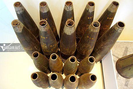 Thuy loi bat giac, bom bi qua dua trong nha trung bay o HN - Anh 10