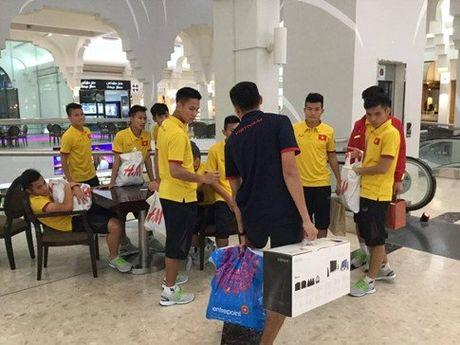 HLV Hoang Anh Tuan cho U19 VN shopping truoc tran gap Iraq - Anh 2