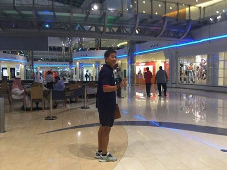 HLV Hoang Anh Tuan cho U19 VN shopping truoc tran gap Iraq - Anh 4