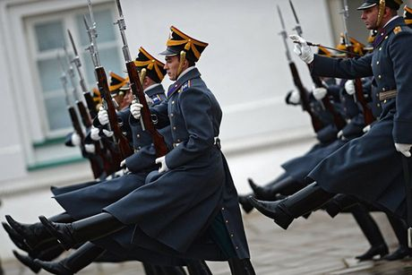 An tuong nghi thuc doi ca gac cua trung doan ve binh Kremlin - Anh 9