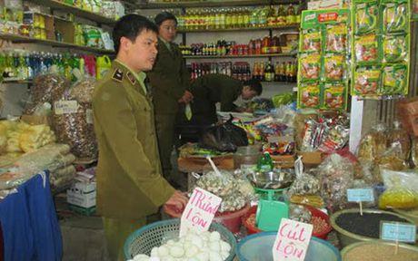 Xu ly hang nghin chai nuoc giai khat gia chua doc to - Anh 1