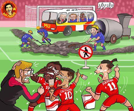 Biem hoa 24h: HLV Mourinho dung 'xe buyt do' tren san Anfield - Anh 2