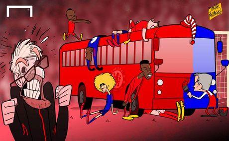Biem hoa 24h: HLV Mourinho dung 'xe buyt do' tren san Anfield - Anh 3