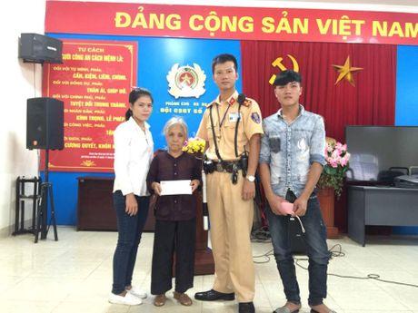 Canh sat giao thong giup ba cu lan tri di lac tu Thanh Hoa ra Ha Noi - Anh 1