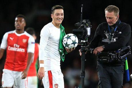 Mesut Ozil lap hat-trick dau tien, Arsenal nghien nat Ludogorets - Anh 1