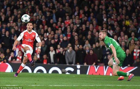 Mesut Ozil lap hat-trick dau tien, Arsenal nghien nat Ludogorets - Anh 2
