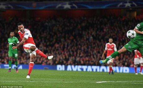 Mesut Ozil lap hat-trick dau tien, Arsenal nghien nat Ludogorets - Anh 3