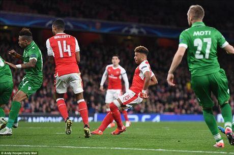 Mesut Ozil lap hat-trick dau tien, Arsenal nghien nat Ludogorets - Anh 4