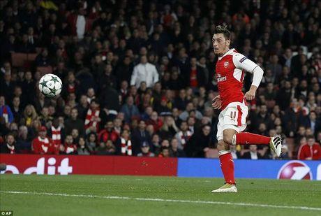 Mesut Ozil lap hat-trick dau tien, Arsenal nghien nat Ludogorets - Anh 5