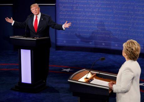 Sau tranh luan cuoi, Hillary Clinton bo xa Donald Trump - Anh 1