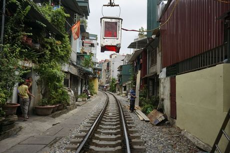 Nhip song sat ben duong tau trong long Ha Noi - Anh 10