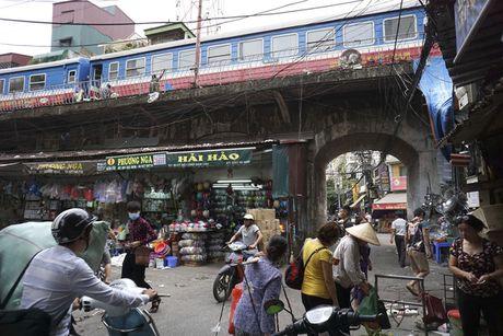 Nhip song sat ben duong tau trong long Ha Noi - Anh 12