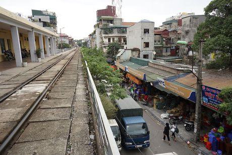 Nhip song sat ben duong tau trong long Ha Noi - Anh 1