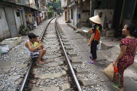 Nhip song sat ben duong tau trong long Ha Noi - Anh 2
