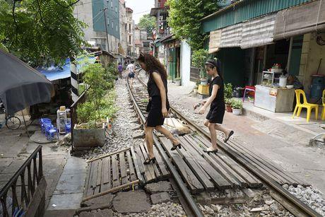 Nhip song sat ben duong tau trong long Ha Noi - Anh 6