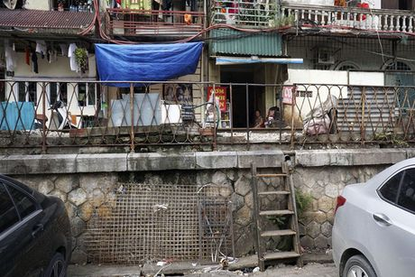 Nhip song sat ben duong tau trong long Ha Noi - Anh 7
