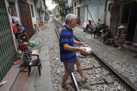 Nhip song sat ben duong tau trong long Ha Noi - Anh 8