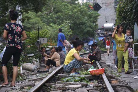 Nhip song sat ben duong tau trong long Ha Noi - Anh 9