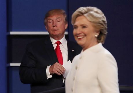 Ba Clinton thong tri cuoc tranh luan cuoi - Anh 1