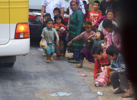 Phan no canh khach phuong xa nem do an cho tre em vung cao - Anh 5