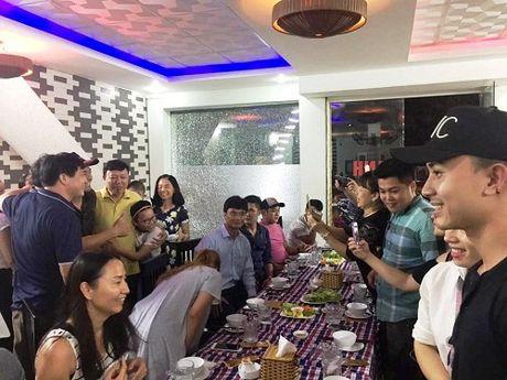 MC Phan Anh phai an toi muon do bi cac Fan 'san' tim chup anh - Anh 2