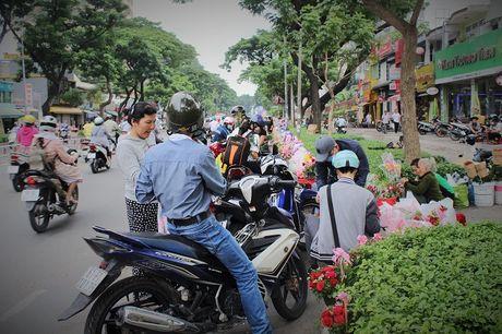 Nguoi Sai Gon nhon nhip mua hoa tuoi lam qua tang 20/10 - Anh 10