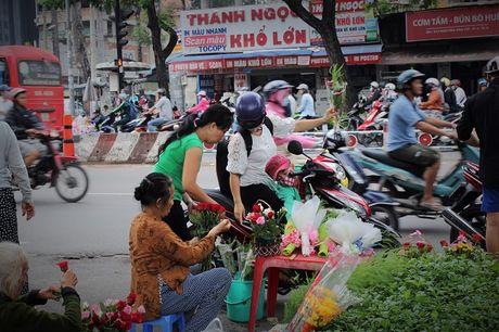 Nguoi Sai Gon nhon nhip mua hoa tuoi lam qua tang 20/10 - Anh 11