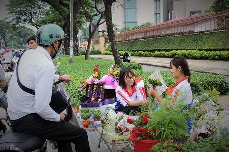 Nguoi Sai Gon nhon nhip mua hoa tuoi lam qua tang 20/10 - Anh 5