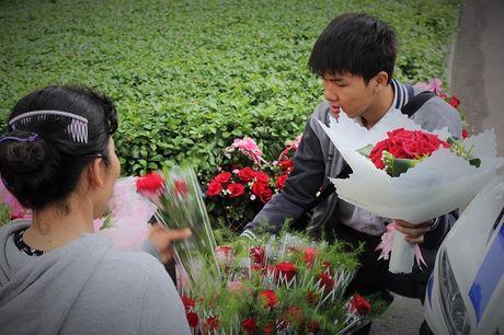 Nguoi Sai Gon nhon nhip mua hoa tuoi lam qua tang 20/10 - Anh 7