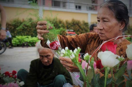 Nguoi Sai Gon nhon nhip mua hoa tuoi lam qua tang 20/10 - Anh 8