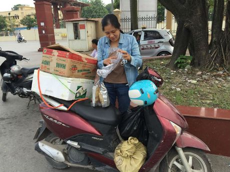 Ba me 3 con ban thuc pham sach de co sach cho tre nong thon - Anh 2