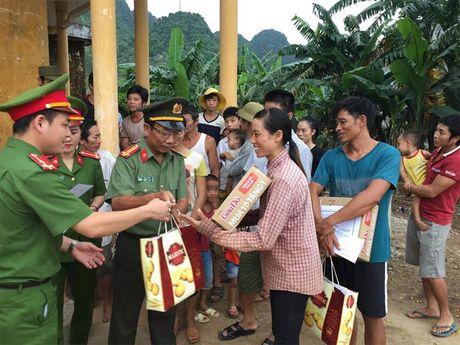 Hoc vien CSND va lop lien thong Cong an Quang Binh trao qua cho nguoi dan vung lu - Anh 1