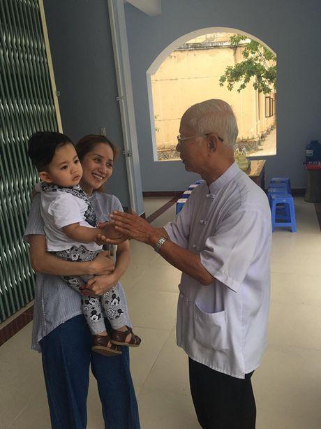 Khanh Thi va con trai nho lan loi duong xa ve noi lu lut cung MC Phan Anh, Hoang Bach - Anh 2