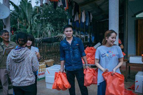 Khanh Thi va con trai nho lan loi duong xa ve noi lu lut cung MC Phan Anh, Hoang Bach - Anh 4
