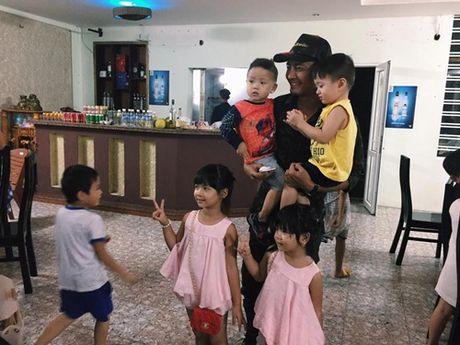 Khanh Thi va con trai nho lan loi duong xa ve noi lu lut cung MC Phan Anh, Hoang Bach - Anh 7