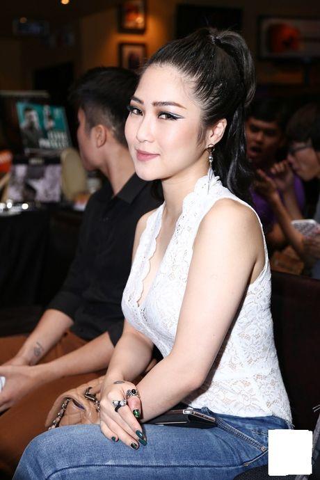 Huong Tram gay 'soc' voi vay ren mong manh khi di su kien - Anh 2