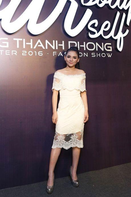 Angela Phuong Trinh om cun cung di xem show thoi trang cung Vo Canh - Anh 11