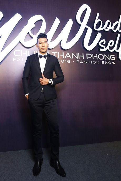 Angela Phuong Trinh om cun cung di xem show thoi trang cung Vo Canh - Anh 13